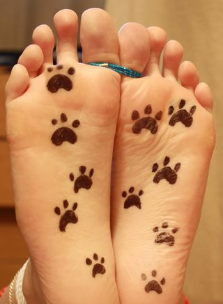 decorated feet with tied toes
